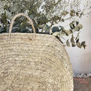 Cesta bolso de palmito redonda hecha a mano por artesanos Wonder Party Barcelona