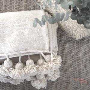 Manta cubrecamas pompones hecho a mano lana blanca Wonder Party Barcelona
